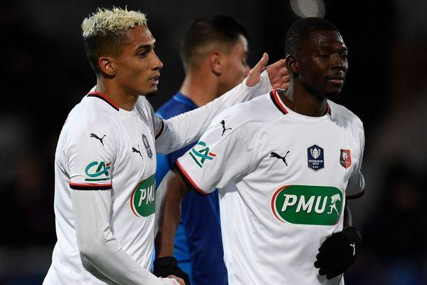 Le défenseur rennais Hamari Traoré (à droite) félicité après son but lors des 16es de finale de Coupe de France face à l'Athletico Marseille à Fos-sur-Mer -19/01/2020