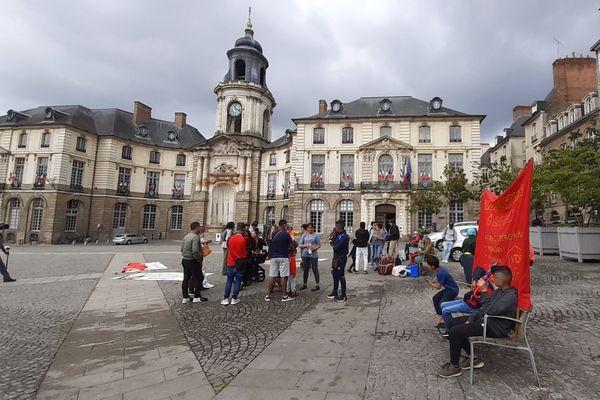 Plusieurs dizaines de personnes rassemblées devant la mairie de Rennes ce matin pour faire entendre leur demande de logements pour tous.