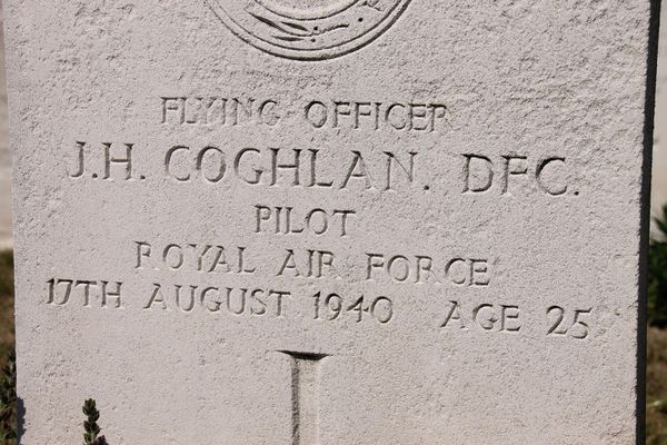 La pierre tombale de John Hunter Coghlan, décédé le 17 août 1940, lors d'une mission secrète.