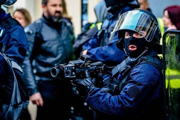 Un gendarme mobile à Bordeaux dégaine un lanceur de balles de défense (LBD).