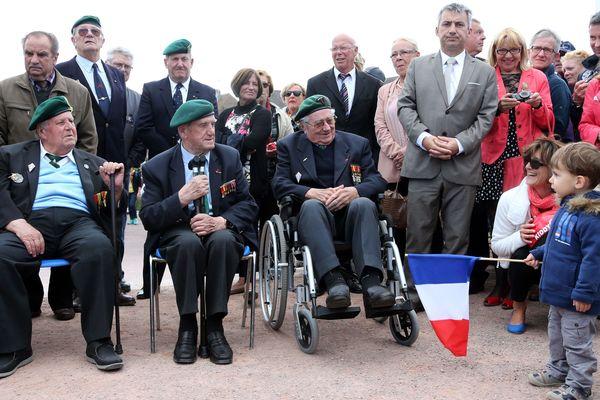 Jean Morel, ici à droite, était l'un des trois derniers survivants du Commando Kieffer avec Leon Gautier (au centre) et Hubert Faure (absent sur cette photo)