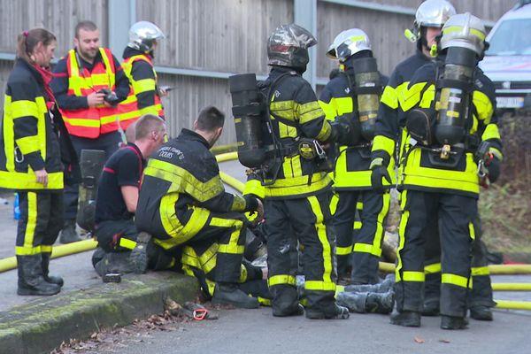 107 pompiers au plus fort de l'intervention de l'incendie de la fourrière de Besançon.