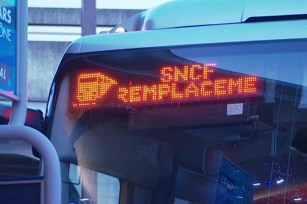 Sur la ligne Lyon - Brignais, des bus de remplacement pour pallier le manque de trains express régionaux... ce matin en gare de Gorge de Loup (à Lyon) - 10/12/19