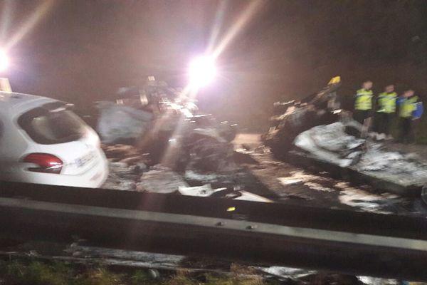 Une voiture et un camping-car ont été complètement détruits suite au choc très violent et aux flammes