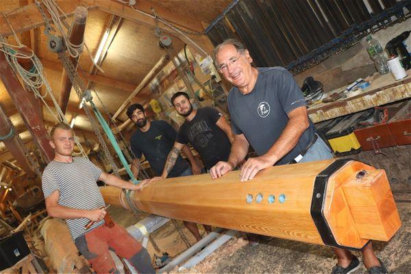 Gilbert Pasqui a commencé à travailler avec son père en 1963. Ici devant les charpentiers ayant participé à la création du nouveau mât de Moonbeam III.