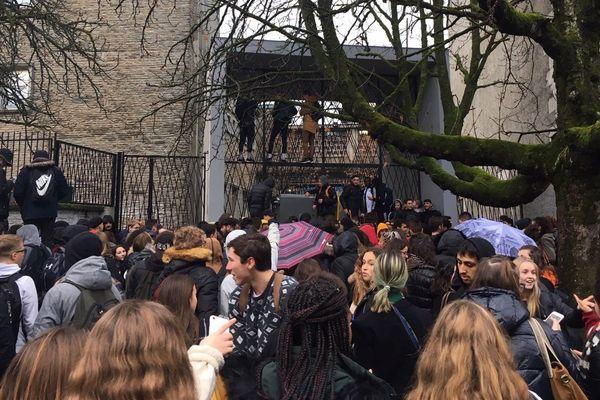 Un rassemblement de lycéens ce vendredi 30 novembre devant le lycée Saint Cricq de Pau