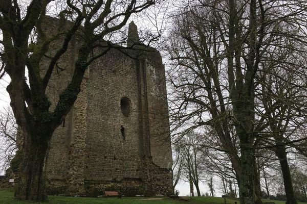Les ruines du château de Domfront-en-Poiraie.