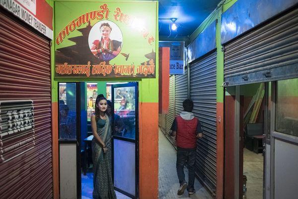 Dans les dhoris, des jeunes femmes dansent et chantent pour le public. Les clients peuvent aussi leur demander des services sexuels. Avril 2017