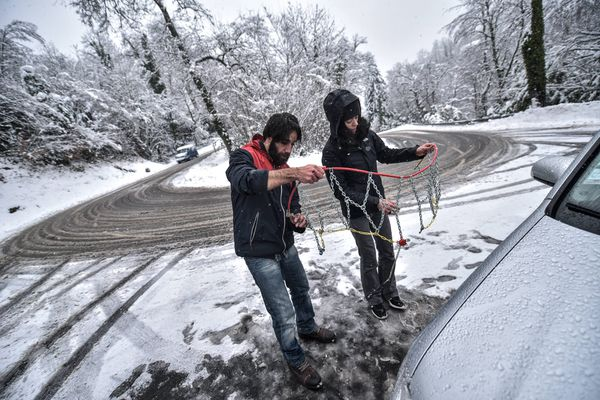 Cela peut vite devenir compliqué d'équiper ses pneus de chaînes quand il neige - septembre 2021