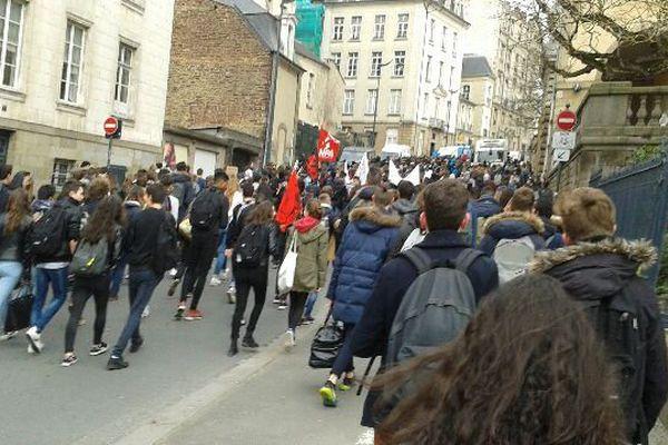 Plusieurs centaines de lycéens défilent au pas de charge dans les rues de Rennes