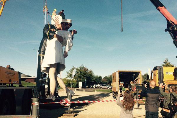 Ce lundi au Mémorial de Caen, la statue The Kiss s'apprête à partir pour la Belgique