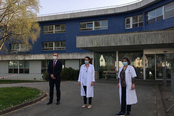 Le docteur Aurélie Perchec, pédiatre au Centre Hospitalier de Guingamp, entourée par Samuel Froger (Directeur du Centre Hospitalier de Guingamp) et du docteur Hélène Guichaoua, Présidente de la CME (Commission médicale d'établissement)