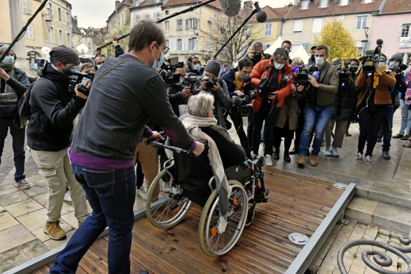 Affaiblie par des problèmes de dos, la mère de Jonathann Daval face à une nuée de journalistes venus couvrir le procès devant la cour d'assises de Haute-Saône.