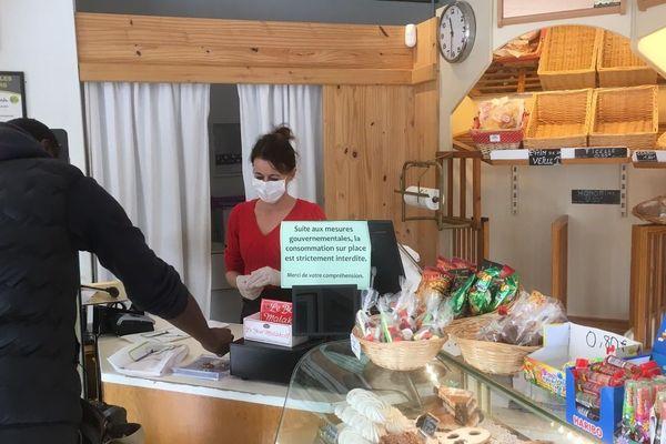 A la boulangerie de Montferrier-sur-lez, la vendeuse, Magali Cazals appelle les consommateurs à la raison.
