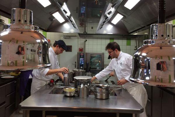 Dans les cuisines d'Adrien Descouls dans son restaurant situé au Broc, dans le Puy-de-Dôme.
