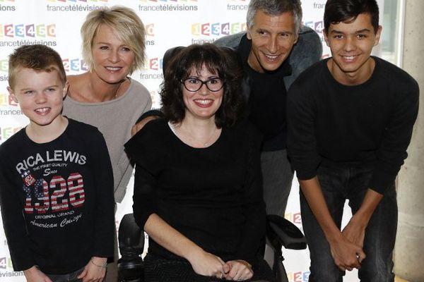 Sophie Davant, Nagui pose en compagnie de Léo, Mandine et Mathieu lors de la conférence de presse du 30ème Téléthon.