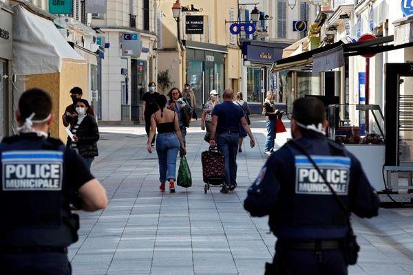 """L'arrêté fixait une amende de 38 euros en cas de non-respect du port """"d'un dispositif de protection nasale et buccale"""" dans l'espace public."""