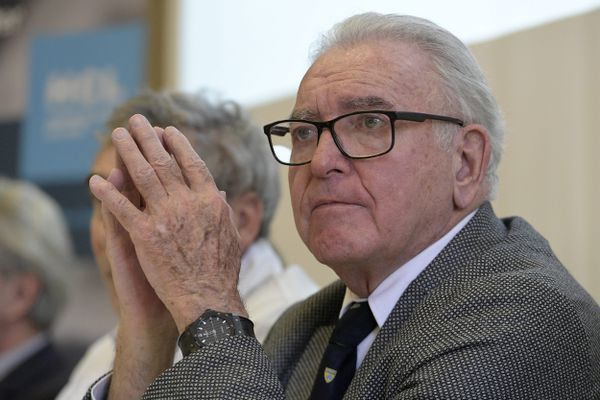 14/02/2020 - 20e anniversaire de la 1ère greffe de mains à Lyon le 14 février 2020 -Le professeur Jean-Michel Dubernard assiste à une conférence de presse donnée à l'occasion du vingtième anniversaire de la première greffe de main.