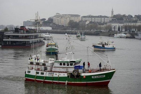 Une quinzaine de bateaux et 300 marins pêcheurs se sont donnés rendez-vous à Nantes à l'occasion de la venue du Premier ministre Manuel Valls