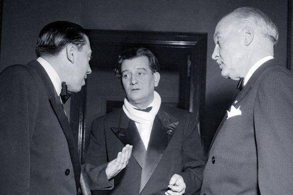 Photo prise en janvier 1951 de l'écrivain et cinéaste français Marcel Pagnol (au centre) qui discute avec l'acteur Fernandel.