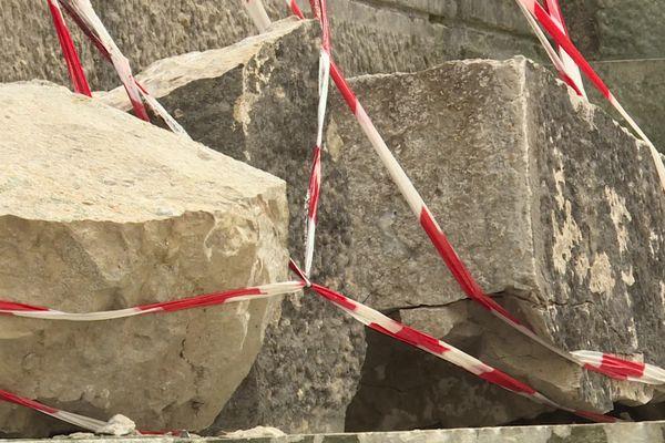 Besançon, La-Chapelle-des-Buis, exemple de dégradation : ces pierres de la crypte, qui pèsent plusieurs centaines de kg, ont été décelées fin juillet 2021