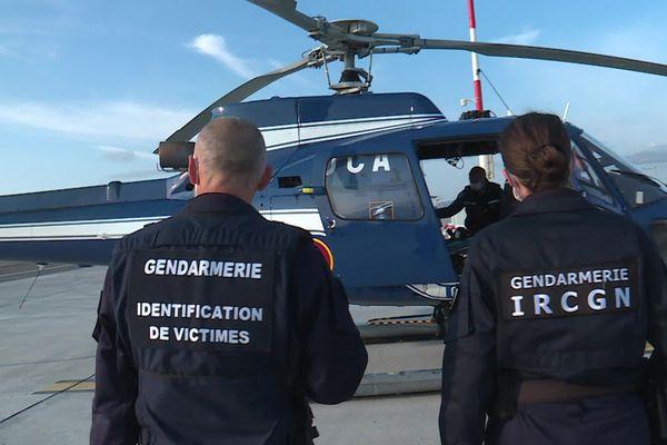 Deux gendarmes de l'unité d'identification des victimes de catastrophe se rendent à Tende (Alpes-Maritimes) le 10 octobre 2020
