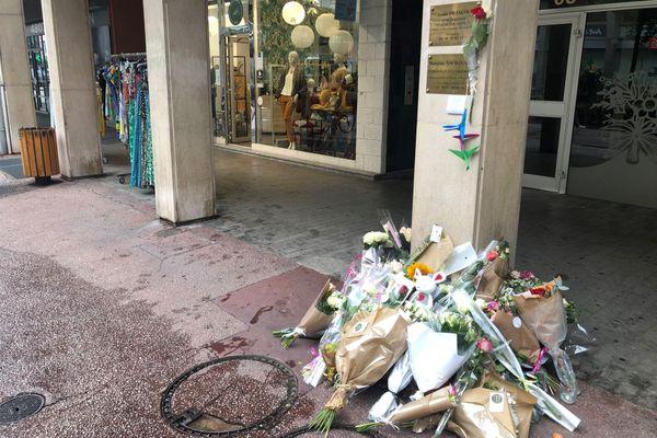 Devant le cabinet de la jeune psychologue, des fleurs témoignent de l'émotion des habitants.