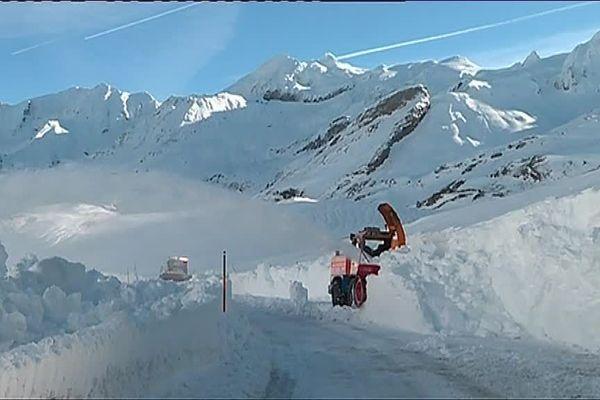 Les déneigeuses travaillaient à plein régime ce matin sur la route du col du Pourtalet.