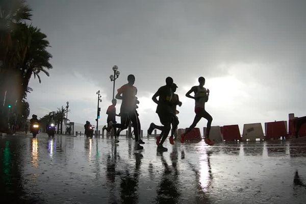 Ils étaient 12.000 sous une pluie battante à s'élancer sur la Promenade des Anglais à Nice ce dimanche 3 novembre.