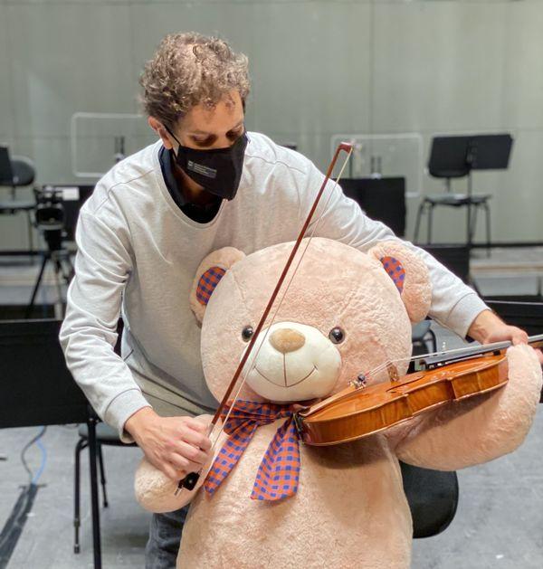 Esteban De Almeida Reis, alto second soliste de l'Orchestre, a profité de l'occasion qui lui était donnée pour apprendre à l'un des membres de ce public inhabituel...la pratique de l'alto !