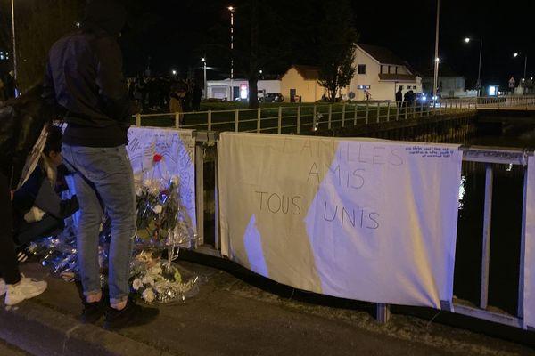 Des jeunes se sont rassemblés sur les lieux de l'accident ce mardi soir.