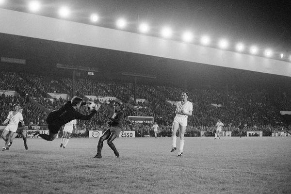 Daniel Eon arrête un tir du joueur brésilien Silva, le 11 mai 1967 au parc des Princes à Paris, lors d'une rencontre amicale de football entre Nantes et Barcelone