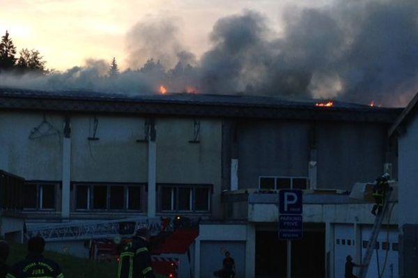 Prémanon : la toiture de la salle polyvalente en feu