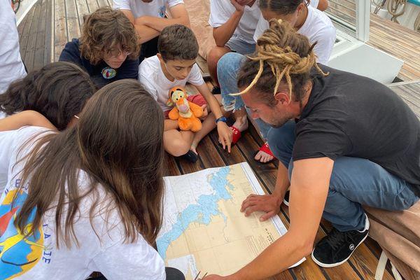 Les jeunes matelots apprennent à Naviguer avec le capitaine Grégoire.