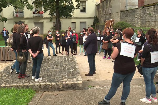 Une quarantaine de personnes ont manifesté devant la permanence du député Raphaël Gauvin, à Chalon-sur-Saône (Saône-et-Loire) ce lundi.