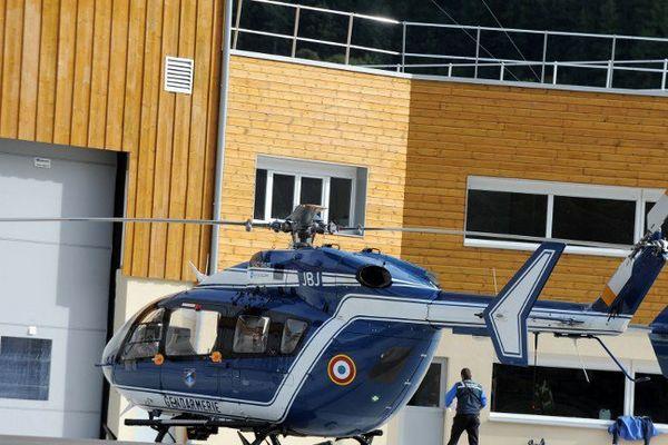"""""""Les recherches ont été arrêtées. Les corps sont en cours de transport vers une chapelle ardente"""" sur l'héliport du peloton de gendarmerie de haute montagne (PGHM) de Briançon, a-t-il ajouté."""