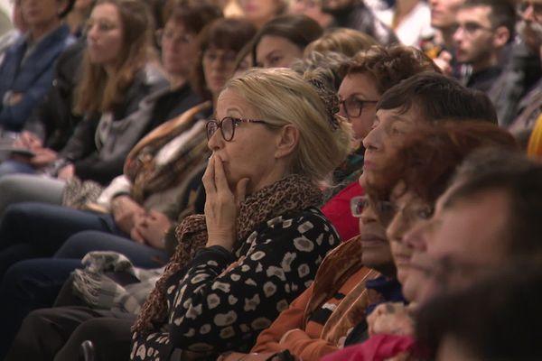 Plus de 500 personnes, dont des enfants, sont venues écouter Sébastien Boeuilh, le président de l'association Colosse aux pieds d'argile.