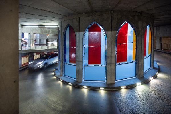 Dans le parking de la cathédrale, à Troyes, les vitraux contemporains sont signés d'Udo Zembok et Atelier Parot.
