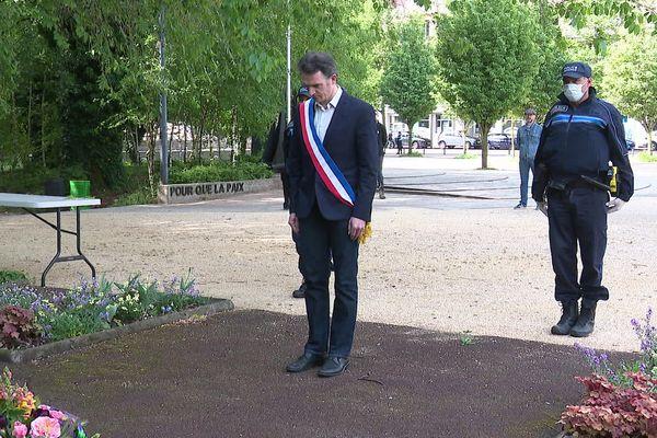 Le maire de Grenoble, Eric Piolle, est venu seul déposer une gerbe devant le monument municipal pour la journée nationale du souvenir de la Déportation.