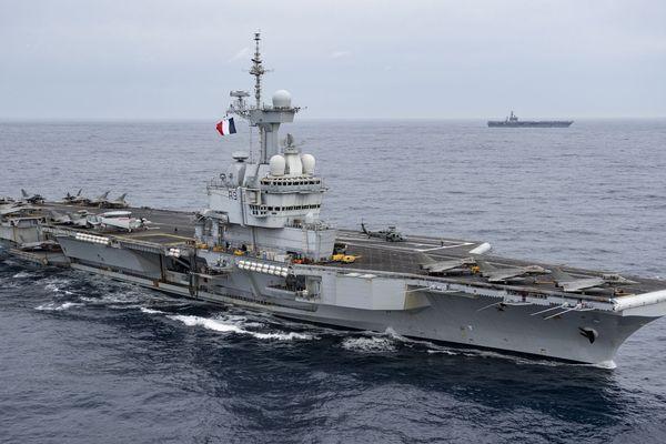 Le Charles de Gaulle en opération avec l'USS Eiseinhower américain à l'arrière-plan, le 3 mars dernier en Méditerranée