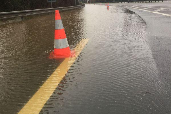 Comme souvent en cas de fortes précipitations, le périphériquenantais  était inondé ce week-end au niveau de la porte de Gèsvres