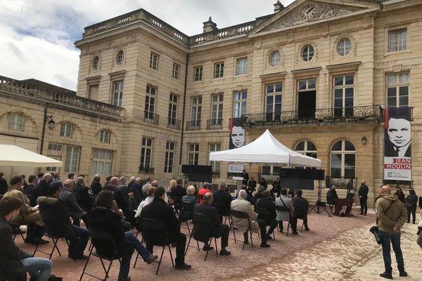 La cour d'honneur de la Préfecture de Dijon a été rebaptisée cour Jean Moulin.