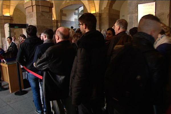 La file d'attente devant les portiques au Parlement de Bretagne