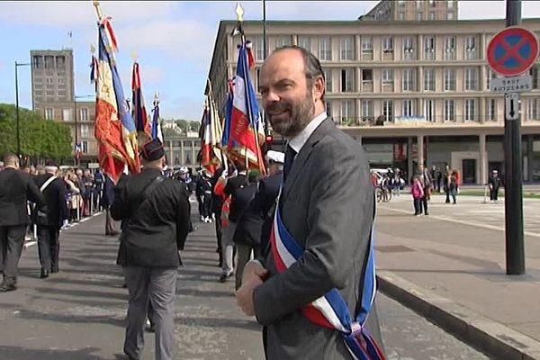 8 mai 2017 : Edouard Philippe, député-maire du Havre devant le monument aux morts, après la cérémonie avec les Anciens Combattants.  Au loin : l'hôtel de ville du Havre.