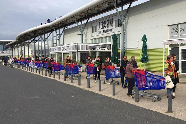 Beaucoup de chariots ce lundi 16 mars devant un supermarché du Crès.