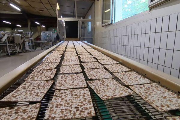 Une des deux chaînes de fabrication de pain azyme, dans l'entreprise Heumann à Soultz-sous-Forêts