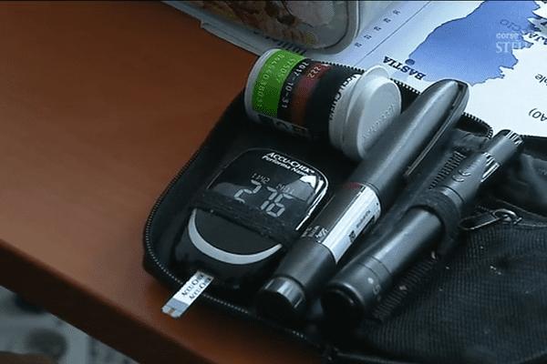 Le diabète de type 1 au quotidien, la trousse de Chjiara, 12 ans.