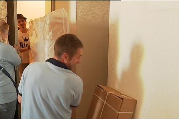 Les bénévoles de Partagence fournissent des meubles, lits et quelques jouets à une famille sinistrée
