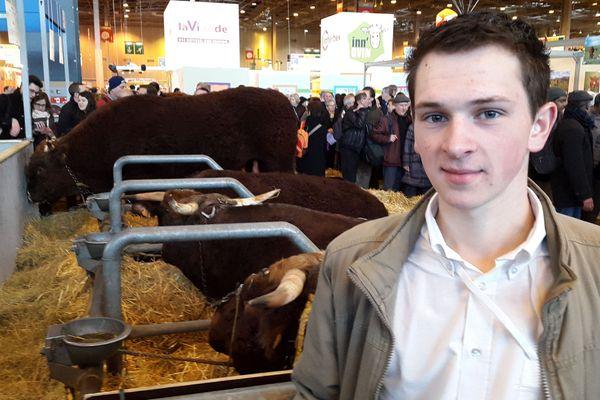François Roussel devant ses deux vaches Salers, au Salon de l'Agriculture.