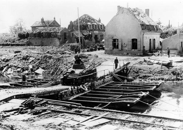 Des troupes allemandes franchissant un canal, dans le nord de la France, en 1940.